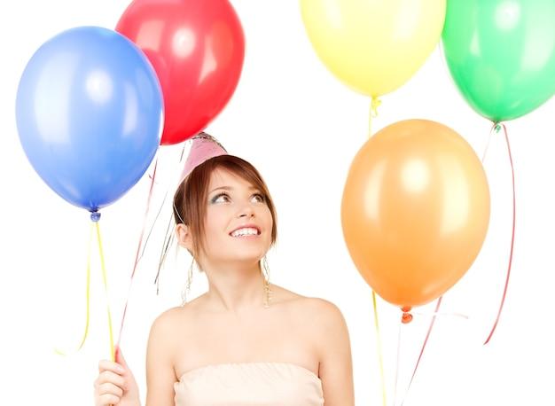 Glückliche teenager-partygirl mit luftballons