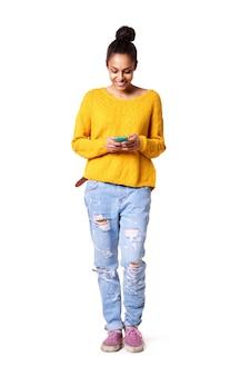 Glückliche textnachricht der jungen dame leseauf ihrem mobiltelefon