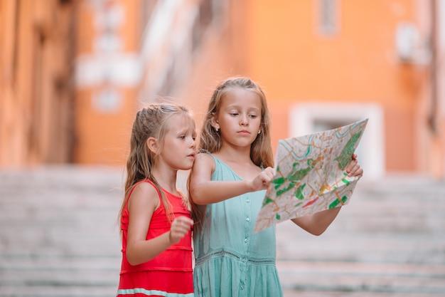 Glückliche toodler kinder genießen italienischen urlaub in europa. Premium Fotos