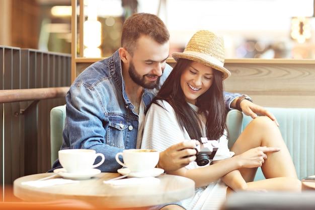Glückliche touristen, die eine pause im café machen