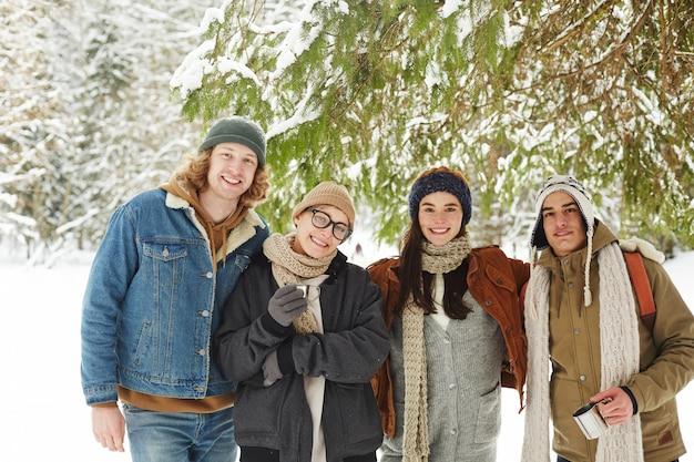 Glückliche touristen im winterurlaubsort