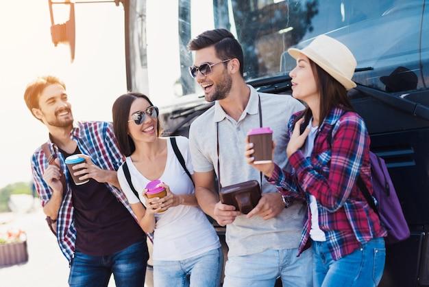Glückliche touristen nähern sich busfreundlicher atmosphäre.