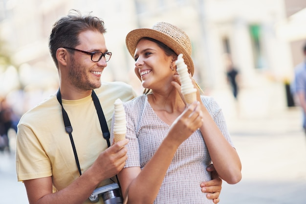 Glückliche touristen sightseeing in den sommerferien