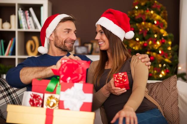 Glückliche traditionelle familie während weihnachten