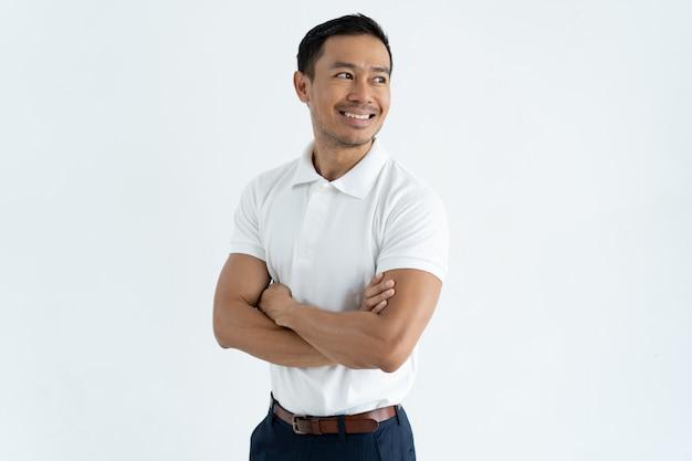 Glückliche überzeugte asiatische männliche unternehmerüberfahrtarme auf kasten