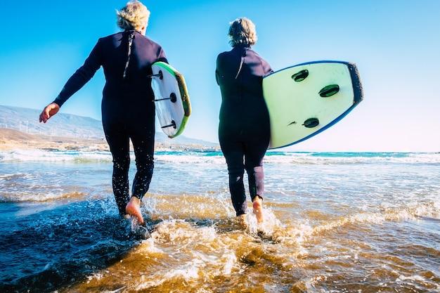 Glückliche und gesunde senioren, die sommer und urlaub im freien am strand genießen