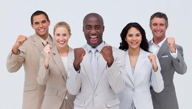 Glückliche und positive geschäftsteamstellung und -c $ lächeln