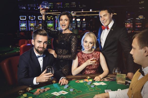 Glückliche und reiche leute, die erfolgreiches spiel feiern