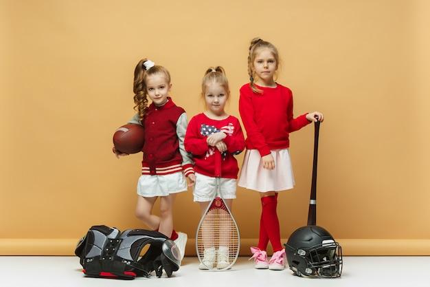 Glückliche und schöne kinder zeigen verschiedene sportarten.