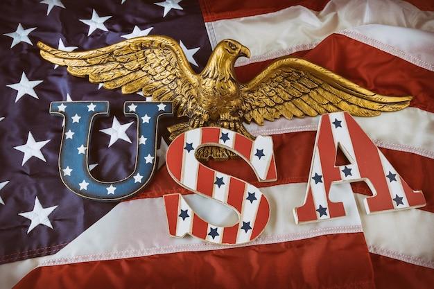 Glückliche usa. patriotismus bundesfeiertag des labor day memorial day der amerikanischen flagge mit text usa im amerikanischen weißkopfseeadler