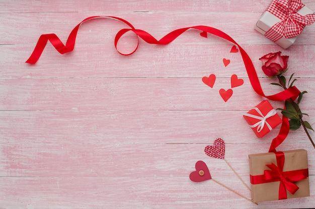 Glückliche valentinstagliebesfeier in einer rustikalen art lokalisiert.