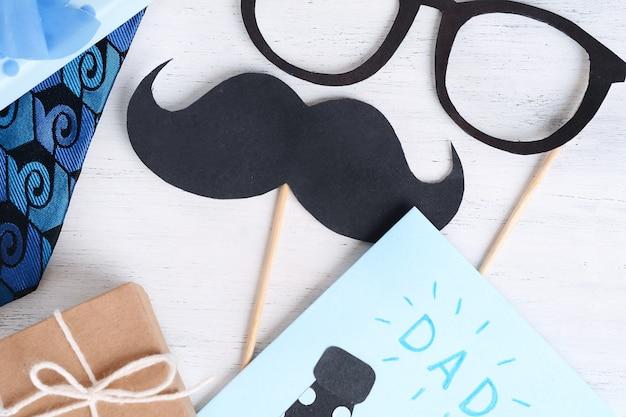 Glückliche vatertag-grußkarte mit fotoautomat stützt gläser und den schnurrbart