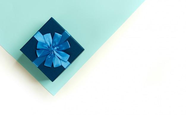 Glückliche vatertagsgeschenkbox auf blauer und weißer wand. draufsicht.