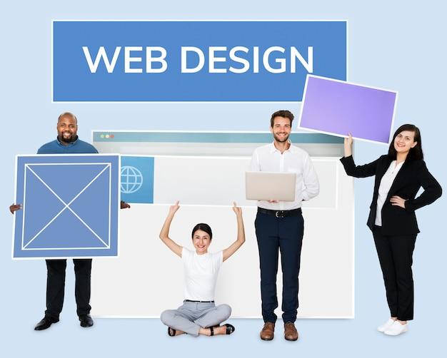 Glückliche verschiedene leute, die ein wed design board halten