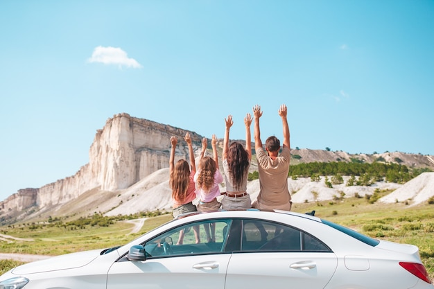 Glückliche vierköpfige familie, die in den bergen geht