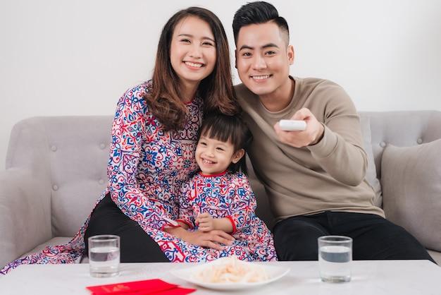 Glückliche vietnamesische familie feiert zu hause das neue mondjahr.