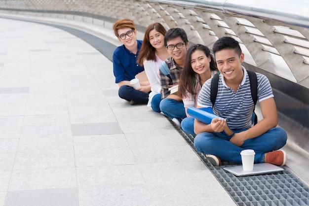 Glückliche vietnamesische studenten