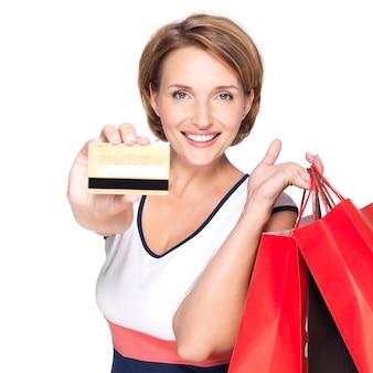 Glückliche weiße frau mit kauf und kreditkarte über leerraum