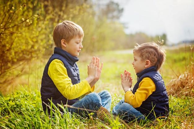 Glückliche zwei kleine brüder, die spaß zusammen zur zeit des sonnigen tages haben.