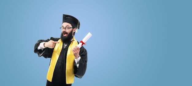 Glücklicher absolvent, der auf diplom zeigt