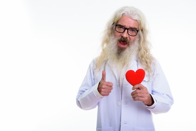 Glücklicher älterer bärtiger mannarzt lächelnd