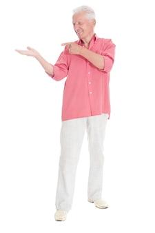 Glücklicher älterer mann in hemdgesten auf weißem hintergrund