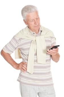 Glücklicher älterer mann mit smartphone auf weißem hintergrund