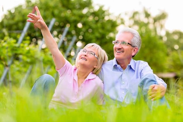 Glücklicher älterer mann und frau im weinberg