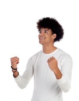 Glücklicher afro-typ, der etwas feiert