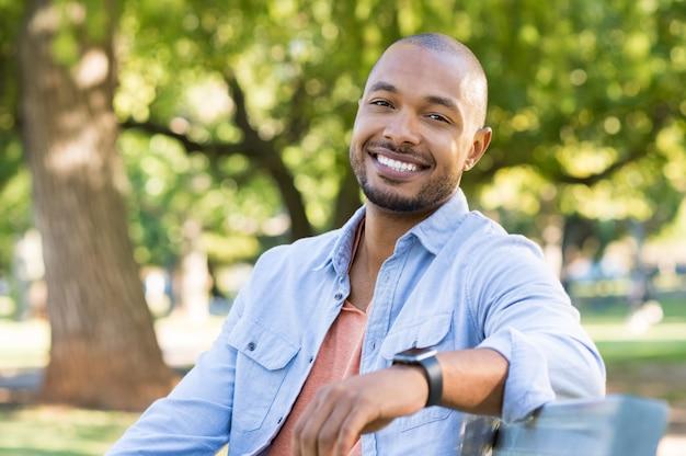 Glücklicher afroamerikanermann