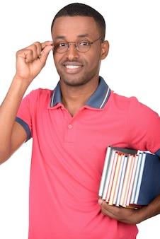 Glücklicher afroamerikanerstudent mit einem buch.