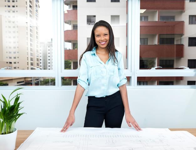 Glücklicher afroamerikanischer damenplan auf tabelle