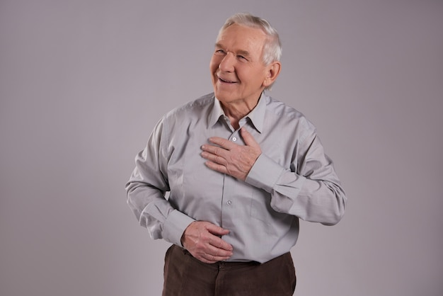 Glücklicher alter mann mit drückt dankbarkeit aus