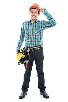 Glücklicher arbeiter mit schutzhelm und werkzeuggürtel