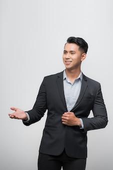 Glücklicher asiatischer chefmanagergeschäftsmann trägt schwarzen anzug in entspannender pose.