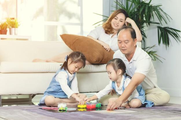 Glücklicher asiatischer familienlebensstil zu hause.