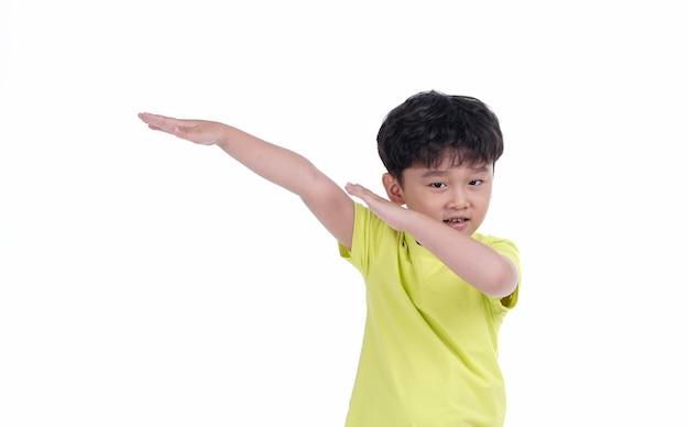 Glücklicher asiatischer kinderjunge mit nettem dummem ausdruck lokalisiert auf weißem hintergrund
