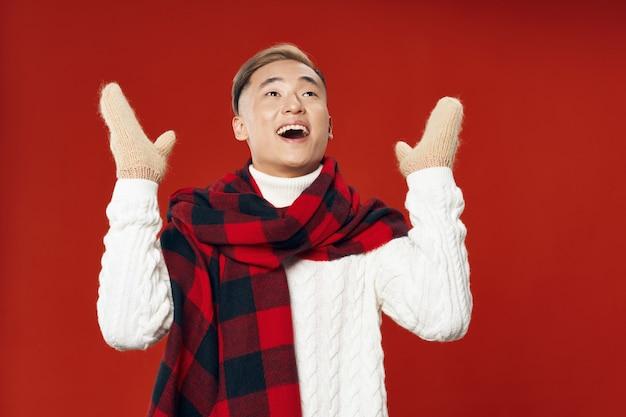 Glücklicher asiatischer mann in der warmen winterkleidung