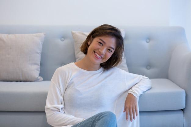 Glücklicher asiatischer student, der wochenende genießt