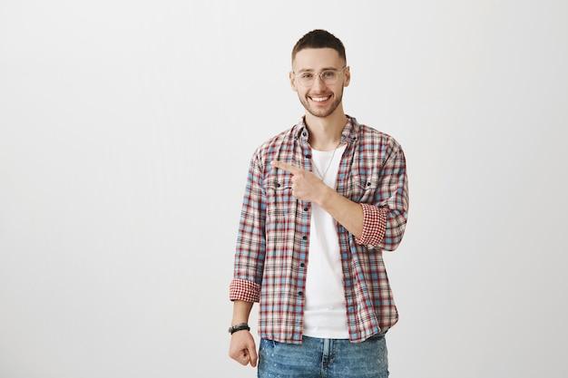 Glücklicher attraktiver junger mann, der aufwirft