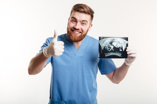 Glücklicher aufgeregter männlicher arzt oder krankenschwester, der finger zeigt