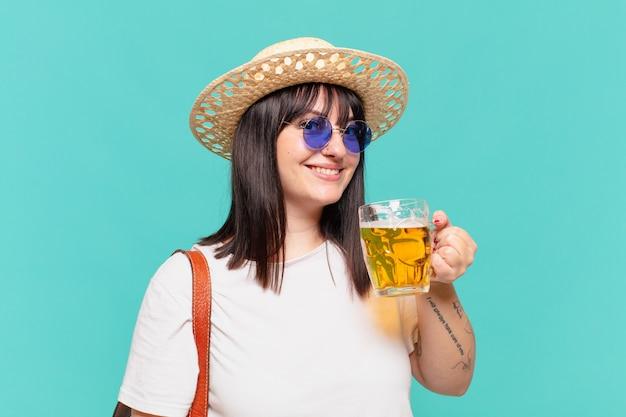 Glücklicher ausdruck der jungen reisendenfrau