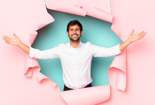Glücklicher ausdruck des jungen gutaussehenden indischen mannes