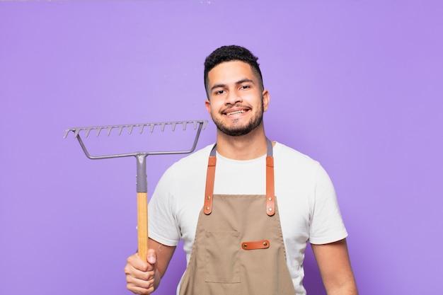 Glücklicher ausdruck des jungen hispanischen mannes. bauern- oder gärtnerkonzept