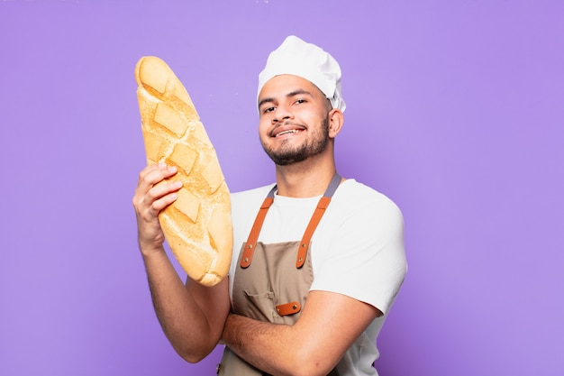 Glücklicher ausdruck des jungen hispanischen mannes. koch- oder bäckerkonzept