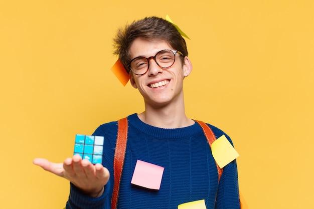 Glücklicher ausdruck des jungen jugendlichmannes. konzept für universitätsstudenten