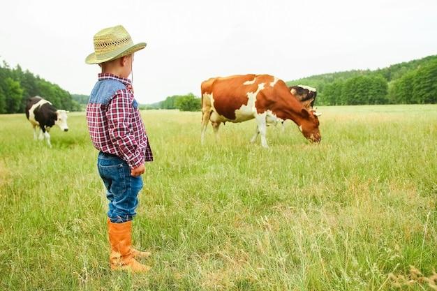 Glücklicher baby-cowboy in der natur