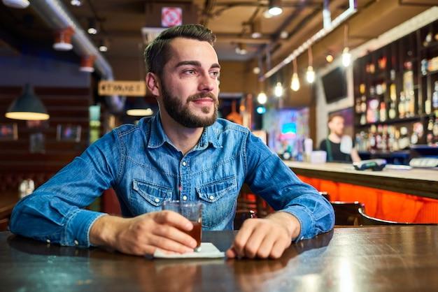 Glücklicher betrunkener mann in der bar