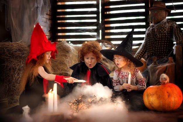 Glücklicher bruder und zwei schwestern an halloween. fröhliche kinder spielen.