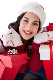 Glücklicher brunette, der einkaufstaschen voll von den geschenken hält